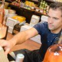 Mann arbeitet im Supermarkt