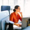 Geschäftsfrau, die an ihrem Schreibtisch arbeitet