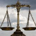 Ein Foto der Waage der Gerechtigkeit mit einem Balance-Thema-Overlay