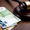 Richterhammer mit Euro-Scheinen
