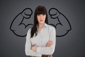 Überzeugte Geschäftsfrau gegen grauen Hintergrund mit Zeichnung des Biegens der Muskeln