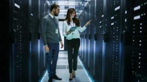 Weibliche und männliche IT-Ingenieure, die technische Details besprechen