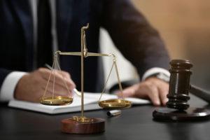 Skalen von Gerechtigkeit und von Richterhammer auf Tabelle, Nahaufnahme