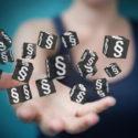 Geschäftsfrau, die Gesetzeswürfel der Wiedergabe 3D hält und berührt