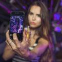 Junge Frau, die ein selfie in einer Limousine nimmt