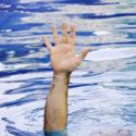 Hand des Ertrinkens des Mannes