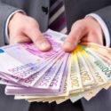 Geschäftsmann mit Geld in der Hand