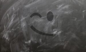 Verschmutzte Tafel mit einem zwinkernden Smiley