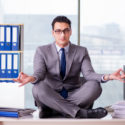 Geschäftsmann meditiert im Büro