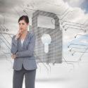 Zusammengesetztes Bild der durchdachten Geschäftsfrau aufwerfend mit Pappschachteln