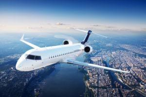 Privatjet-Flugzeug im blauen Himmel
