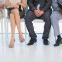 Niedriger Abschnitt von den Geschäftsleuten, die auf Vorstellungsgespräch in einem hellen Büro warten