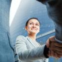 Nette Geschäftsfrau- und Kundenhändeschütteln