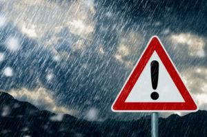 Warnschild im Regen