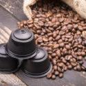 Bauschen Sie sich mit coffe Bohnen und Kapseln auf alter rostiger Tabelle