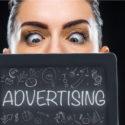 Werbungstafel über Frauengesicht