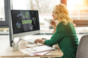 Frau arbeitet an einem Startup