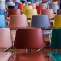 Reihen von bunten Stühlen