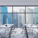 Arbeitsplätze in einem modernen panoramischen Büro, Singapur-Stadtansicht von den Fenstern. Freifläche. Weiße Tische und schwarze Ledersessel. Ein Konzept der Finanzberatung. 3D-Rendering.