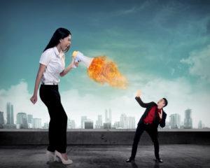 Großer Chef, der zu ihrem Angestellten mit dem Megaphon auf Feuer schreit. Arbeitsdruck-Konzept