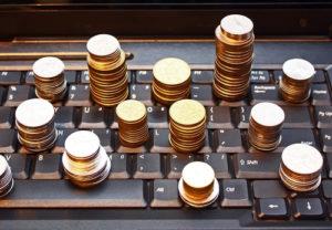 Münzstapel auf Tastatur