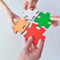 Gruppe Geschäftsleute, die Puzzle zusammenbauen