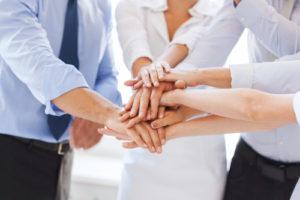 Business-Team feiert den Sieg im Amt