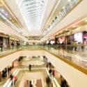 Panoramablick auf ein modernes Einkaufszentrum