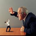 Chef ist wütend auf den schlechten Angestellten