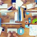 Gruppe Geschäftsleute, die an einem Schreibtisch arbeiten