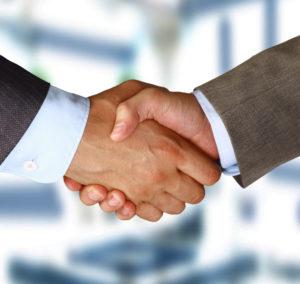 zwei Geschäftsmänner, die Hände schütteln