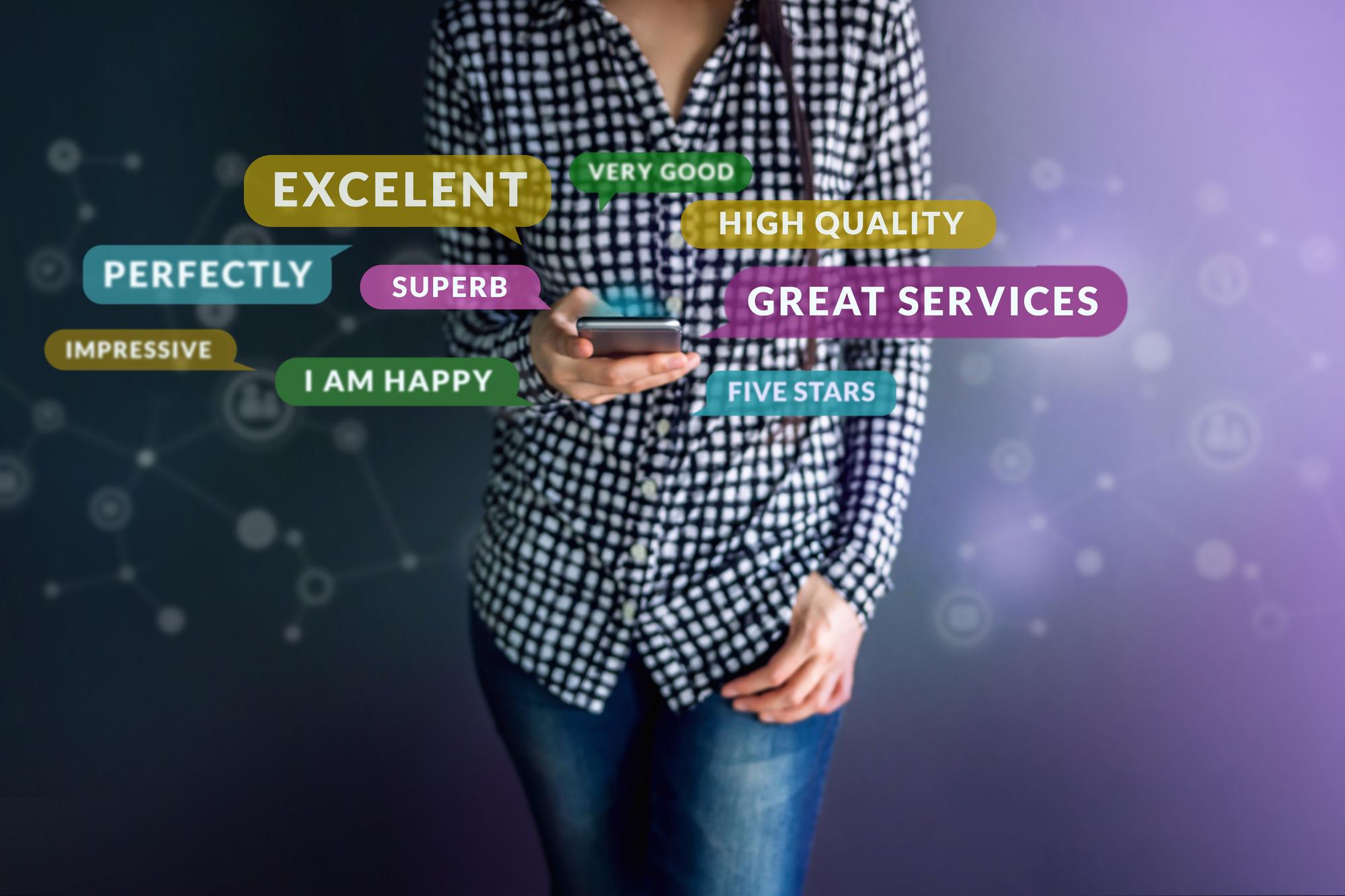 Kundenerlebnis-Konzept. Glücklicher Kunde, der intelligentes Telefon verwendet
