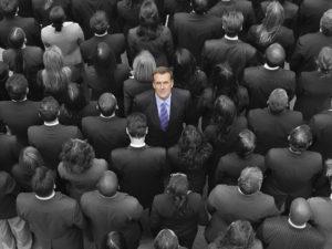 Geschäftsmann in der Mitte einer Menschenmenge