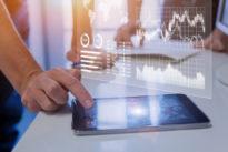 Geschäftsteam, das Marketing, Verkäufe, Finanzmetriken auf Analysebericht analysiert
