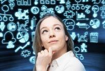 Träumende Geschäftsdame denkt, wie man ein neues Geschäftsprojekt startet. Blaue Geschäftsikonen des Hologramms sind auf dem Hintergrund.