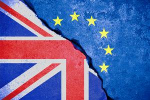 brexit blaue Flagge der Europäischen Union EU auf defekter Wand und halber Großbritannien-Flagge
