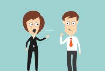 Weiblicher Chef, der am Angestellten schreit