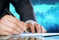 Businessman's Hand mit einem Stift. Internationales Geschäftskonzept