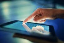 Bild der Hand drückend auf digitalem Tablet
