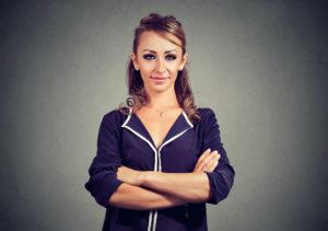 Erfolgreiche Geschäftsfrau, die überzeugt und Lächelnd schaut