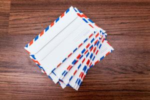 Briefumschläge auf hölzernen Hintergrund
