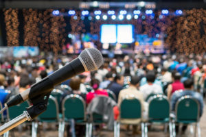 Mikrofon über dem Auszug unscharfen Foto des Konferenzsaals