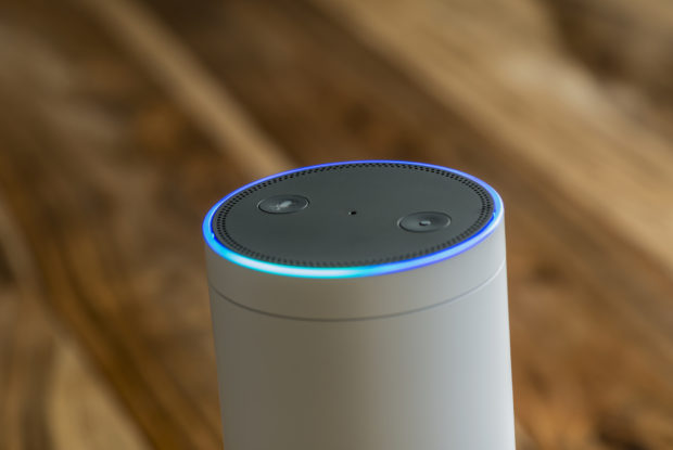 Sprachassistenten: Ein Drittel der Deutschen spricht mit Alexa, Siri und Co.