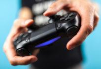 Männliche Hände, die einen Spielcontroller halten