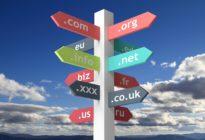 Wegweiser mit Domainnamen mit blauem skybackground
