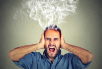 gestresster Mann schreit frustriert überfordert Dampf kommt aus dem Kopf