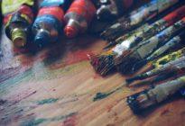 Viele verschiedene Pinsel und Farben