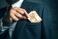 Mann steckt Gehalt in Sakko