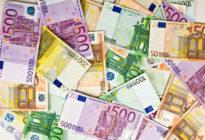 Mehrere Eurogeldscheine kreuz und quer nebeneinander
