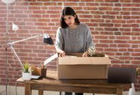 Gefeuerte Business Frau packt ihren Umzugskarton